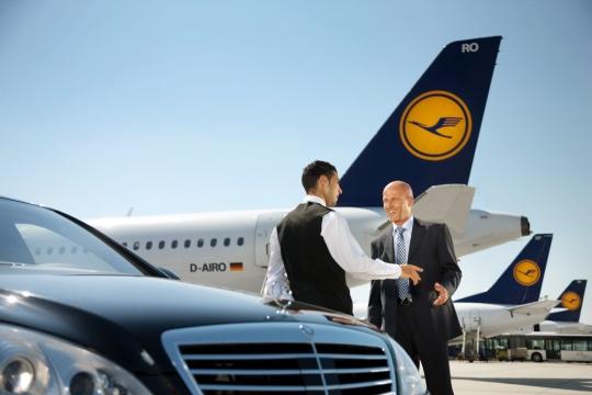 Los viajeros serán recibidos en la puerta del avión y conducidos a su próximo vuelo