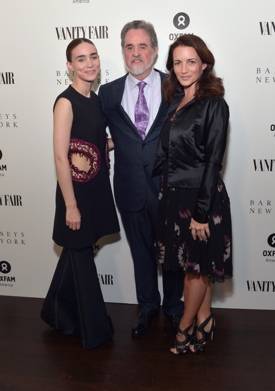 Rooney Mara, anfitriona de la fiesta, posa con la actriz Kristin Davis y Raymond Offenheiser, presidente de OXFAM