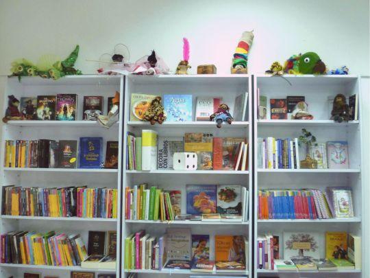 Además de libros, los estantes de la librería alojan títeres pintorescos