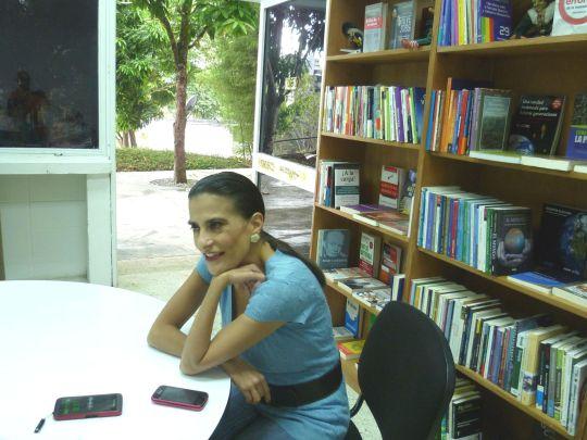 Trinidad Punceles, encargada de la librería, ofrece consultoría a los lectores