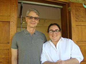 Oscar Macahdo y la galerista Carmen Araujo